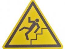 Противоскользящий напольный знак, надпись «Осторожно ступени», треугольник со сторонами 600 мм